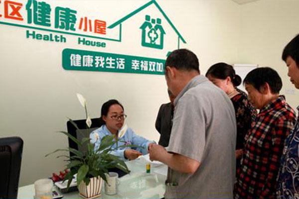 健康小屋会对群众给予相关的健康指导方